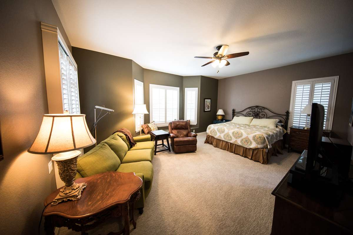 bedroom-in-neutral-tones-min-xl